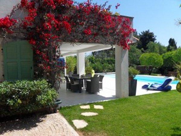 ... terrasse vue dela piscine avec les transats, le fauteuil gonflable, l